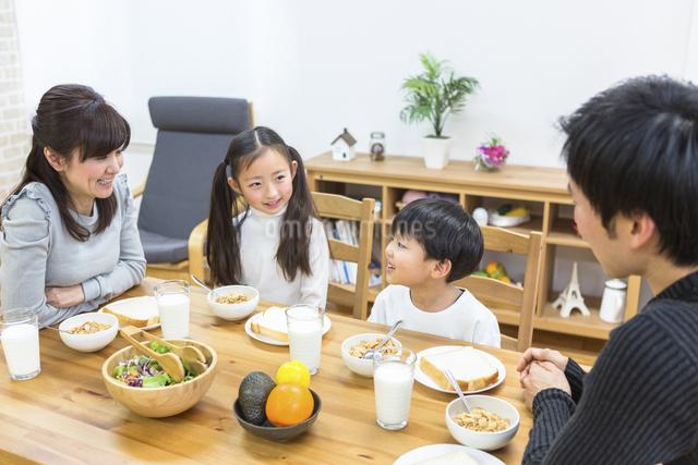 朝食の食卓を囲む家族の写真素材 [FYI04266493]