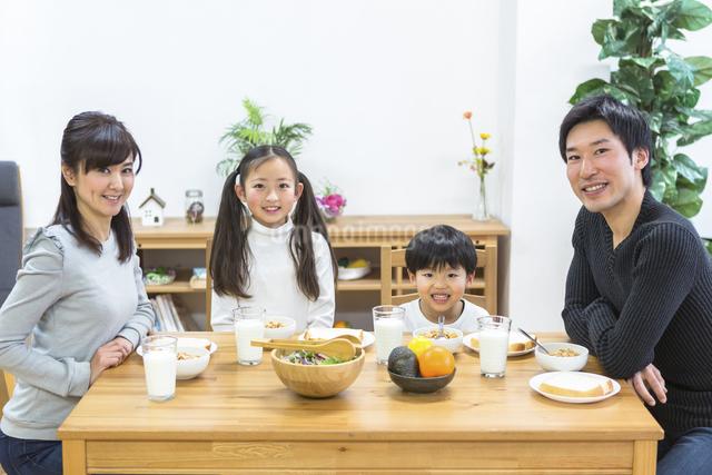 朝食の食卓を囲む家族の写真素材 [FYI04266494]