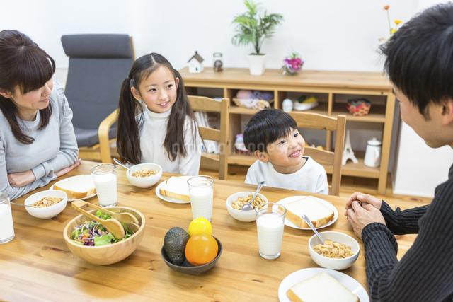 朝食の食卓を囲む家族の写真素材 [FYI04266497]
