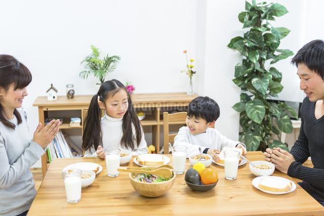 朝食の食卓を囲む家族の写真素材 [FYI04266498]