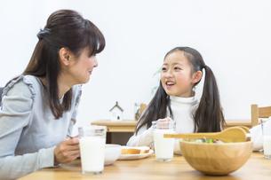 朝食の食卓を囲む家族の写真素材 [FYI04266503]