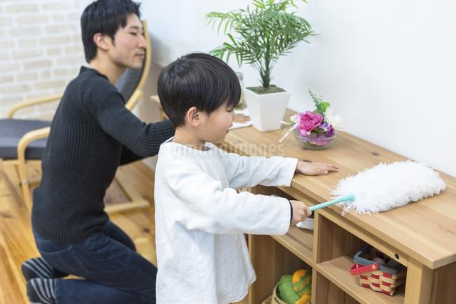 掃除をする親子の写真素材 [FYI04266504]