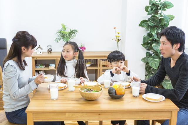 朝食の食卓を囲む家族の写真素材 [FYI04266505]