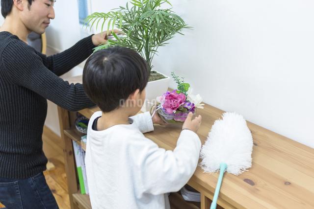 掃除をする親子の写真素材 [FYI04266506]