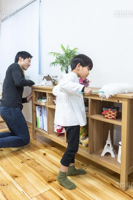 掃除をする親子の写真素材 [FYI04266507]