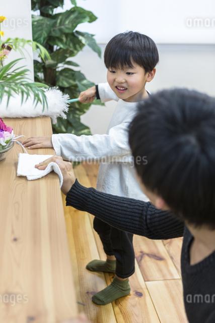 掃除をする親子の写真素材 [FYI04266510]