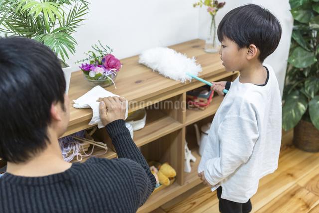 掃除をする親子の写真素材 [FYI04266511]