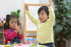 粘土で遊ぶ子供たちの写真素材 [FYI04266523]