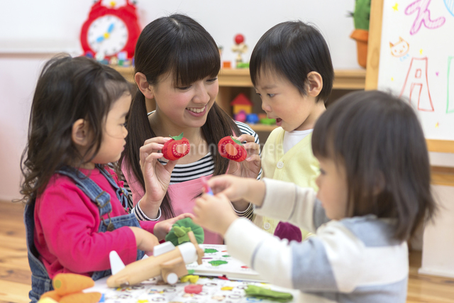 英語の勉強をする子供たちの写真素材 [FYI04266551]