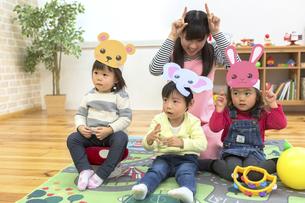 お遊戯する子供たちの写真素材 [FYI04266562]