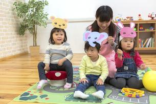 お遊戯する子供たちの写真素材 [FYI04266563]
