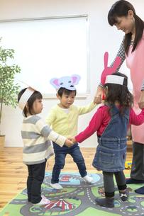 お遊戯する子供たちの写真素材 [FYI04266573]
