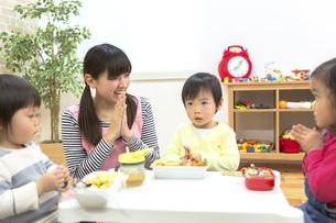 お弁当の時間の写真素材 [FYI04266577]