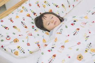 寝ている女の子の写真素材 [FYI04266624]