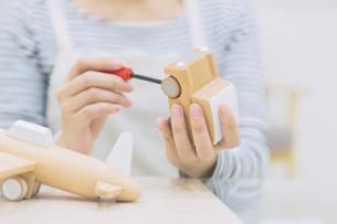 DIYをする女性の写真素材 [FYI04266628]