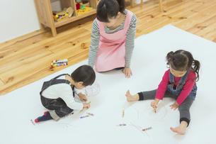 お絵描きする子供たちの写真素材 [FYI04266636]