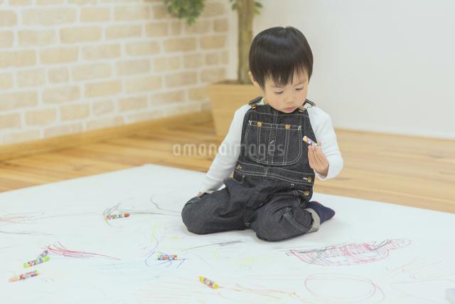 お絵描きする子供たちの写真素材 [FYI04266642]