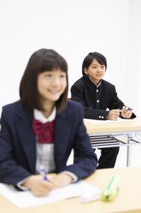塾で勉強する中学生の写真素材 [FYI04267175]