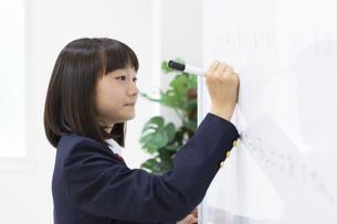 塾で勉強する中学生の写真素材 [FYI04267182]