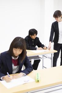 塾で勉強する中学生の写真素材 [FYI04267188]