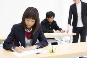 塾で勉強する中学生の写真素材 [FYI04267189]