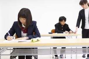 塾で勉強する中学生の写真素材 [FYI04267191]