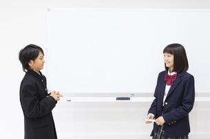 ディスカッションする中学生の写真素材 [FYI04267211]