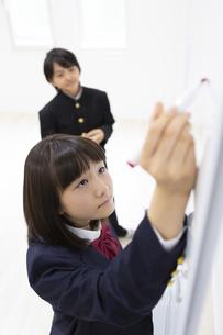 ディスカッションする中学生の写真素材 [FYI04267215]