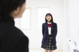 ディスカッションする中学生の写真素材 [FYI04267219]