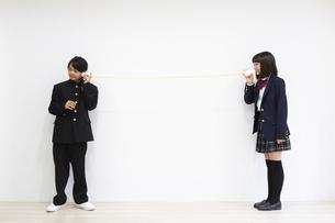 糸電話で話す中学生の写真素材 [FYI04267244]