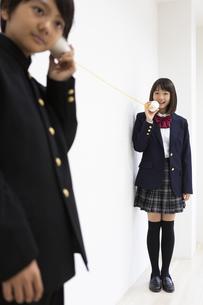 糸電話で話す中学生の写真素材 [FYI04267245]