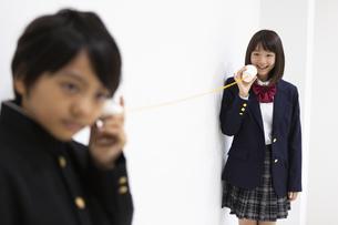 糸電話で話す中学生の写真素材 [FYI04267246]