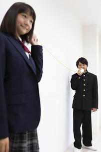 糸電話で話す中学生の写真素材 [FYI04267249]