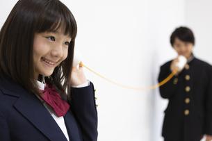 糸電話で話す中学生の写真素材 [FYI04267250]