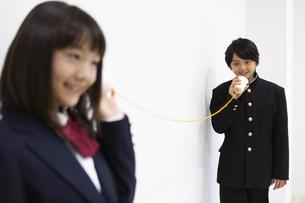 糸電話で話す中学生の写真素材 [FYI04267251]