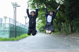 ジャンプする中学生の写真素材 [FYI04267265]