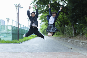 ジャンプする中学生の写真素材 [FYI04267266]