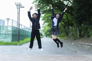 ジャンプする中学生の写真素材 [FYI04267267]