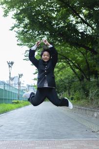 ジャンプする中学生の写真素材 [FYI04267268]