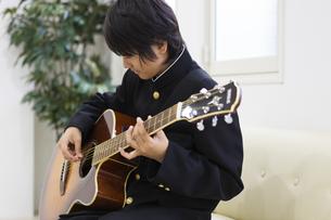 ギターを弾く中学生の写真素材 [FYI04267269]