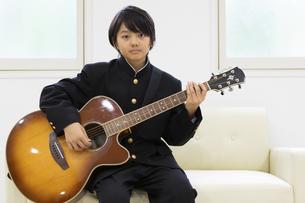 ギターを弾く中学生の写真素材 [FYI04267270]