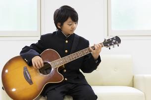 ギターを弾く中学生の写真素材 [FYI04267271]
