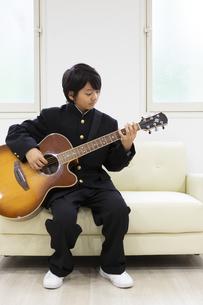 ギターを弾く中学生の写真素材 [FYI04267272]