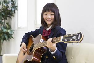 ギターを弾く中学生の写真素材 [FYI04267273]