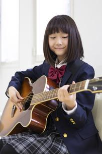 ギターを弾く中学生の写真素材 [FYI04267274]