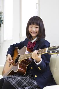 ギターを弾く中学生の写真素材 [FYI04267275]