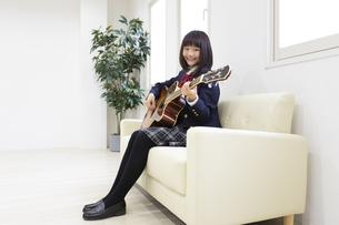 ギターを弾く中学生の写真素材 [FYI04267276]