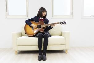 ギターを弾く中学生の写真素材 [FYI04267278]