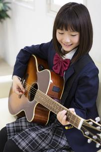 ギターを弾く中学生の写真素材 [FYI04267281]