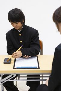 習字をする中学生の写真素材 [FYI04267283]